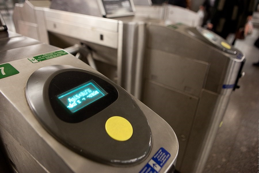 Электронный считыватель на турникете метро